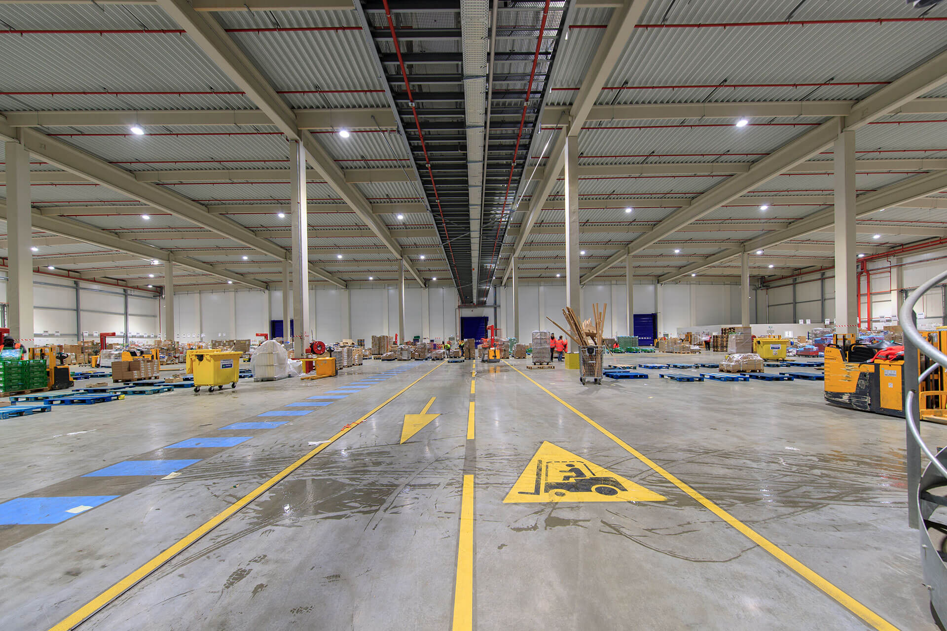 Industrial LED lighting solution lowers energy costs and carbon footprint of Carrefour distribution centre