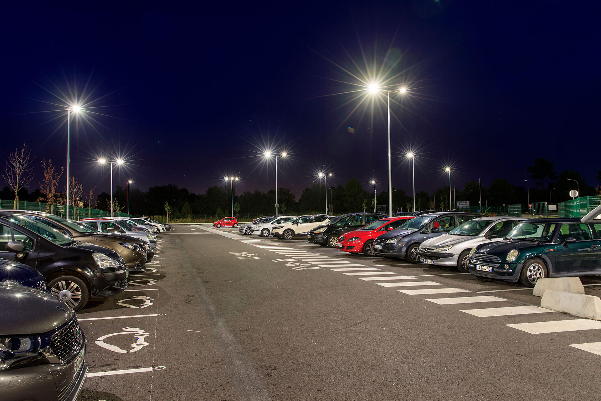 Axia 2 LED luminaires light the car park of this Carrefour distribution centre to ensure a safe passage for all